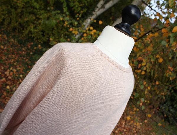 Gros plan sur le dos du pull Mollie de Julie Partie tricoté en Semilla de BC Garn coloris Nude