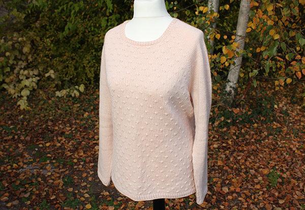 Présentation du pull Mollie de Julie Partie tricoté en Semilla de BC Garn coloris Nude