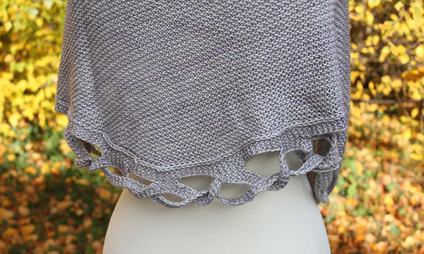 Zoom on the braided edging of Julie Partie's Tiara shawl knitting design