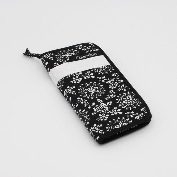 Pochette pour aiguilles double-pointe ChiaoGoo, en tissu noir et blanc, fermée