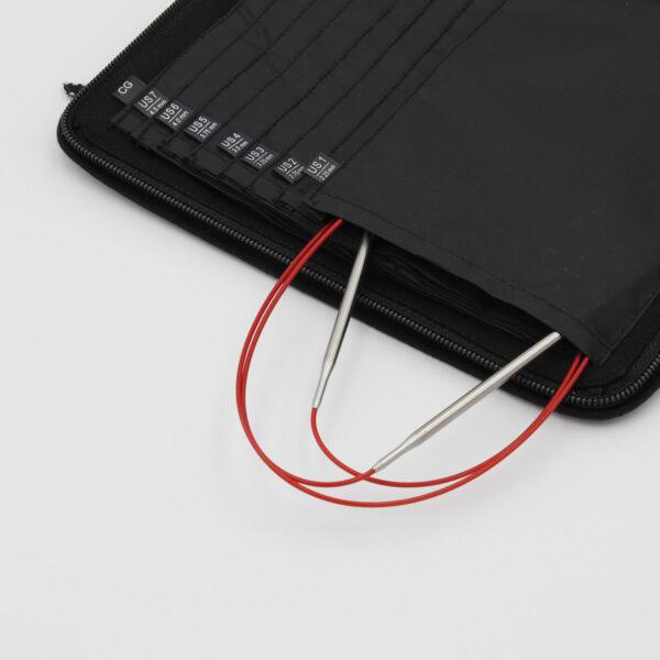 Pochette de rangement pour aiguilles circulaires fixes ChiaoGoo, en tissu noir avec compartiments numérotés, avec aiguilles circulaires sortant d'un compartiment