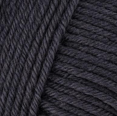 Gros plan sur une pelote de Semilla Grosso de BC Garn coloris 102 (noir)