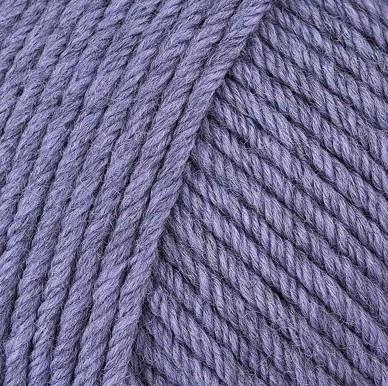 Gros plan sur une pelote de Semilla Grosso de BC Garn coloris 119 (violet)