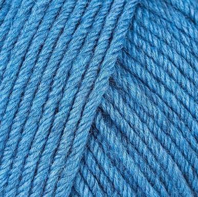 Gros plan sur une pelote de Semilla Grosso de BC Garn coloris 121 (bleu roi légèrement nuancé)