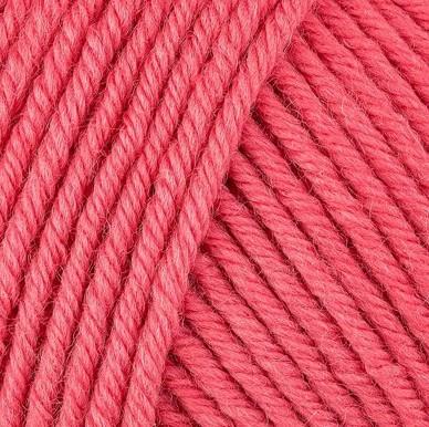 Gros plan sur une pelote de Semilla Grosso de BC Garn coloris 123 (corail)