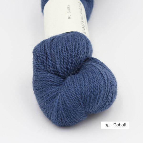 Gros plan sur un écheveau de Baby Alpaca de BC Garn, coloris Cobalt (bleu roi foncé)