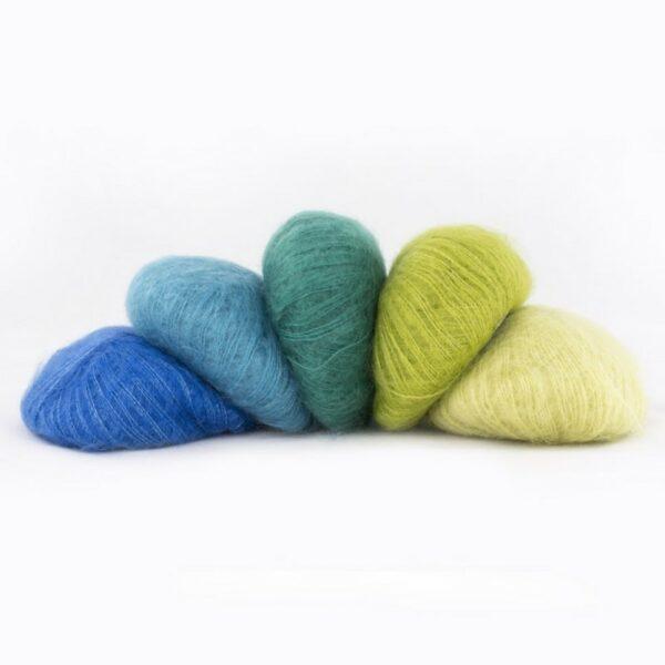 Cinq pelotes de Silky Kid de Kremke dans des teintes assorties allant du bleu électrique au vert anis clair
