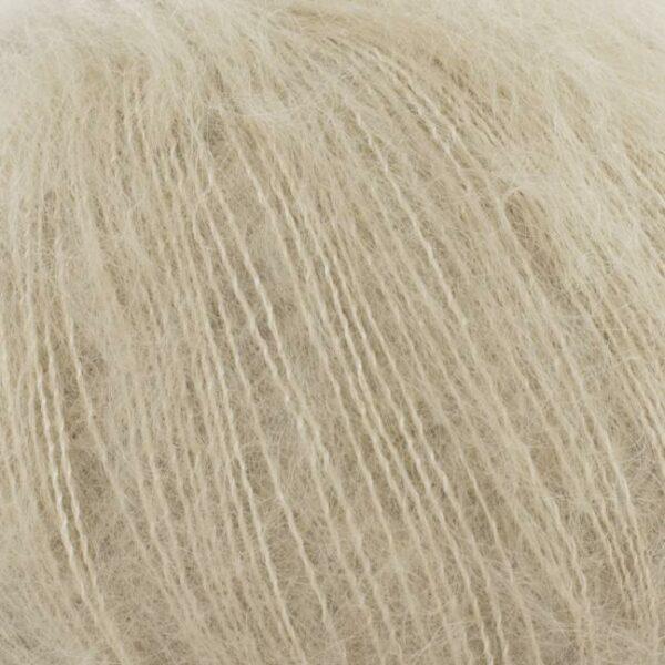 Gros plan sur une pelote de Silky Kid de Kremke coloris Camel
