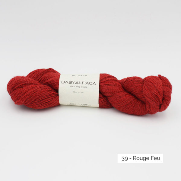 Un écheveau de Baby Alpaca de BC Garn, coloris Rouge Feu