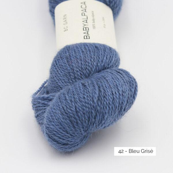 Gros plan sur un écheveau de Baby Alpaca de BC Garn, coloris Bleu Grisé (bleu pervenche grisé)