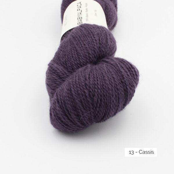 Gros plan sur un écheveau de Baby Alpaca de BC Garn, coloris Cassis