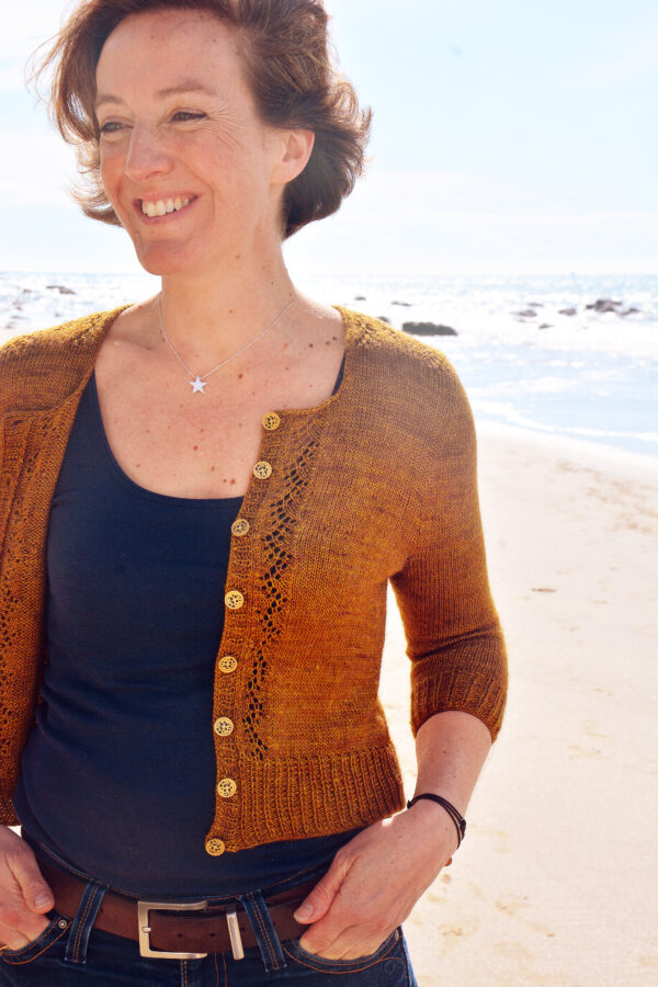 Melaine cardigan designed by Julie Partie, knitting pattern for a 3/4 sleeves cropped cardigan with sleeves panels