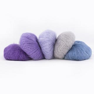 Cinq pelotes de Silky Kid de Kremke dans des teintes assorties allant du violet au bleu jeans