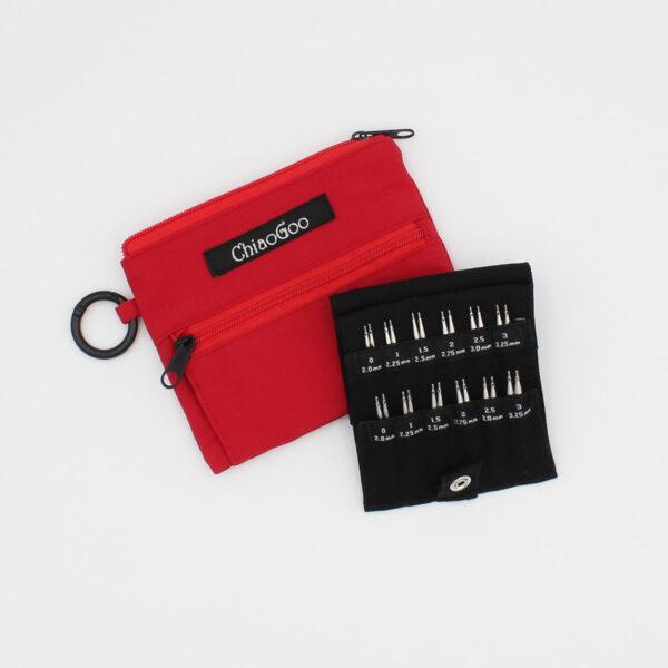 Présentation du kit ChiaoGoo Shorties Small, avec pochette en nylon rouge et pointes d'aiguilles interchangeables en métal dans leur rangement