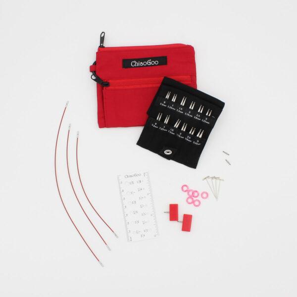 Présentation du kit ChiaoGoo Shorties Small, avec pochette en nylon rouge, câbles Twist rouges, accessoires, jauge à aiguilles et pointes d'aiguilles interchangeables