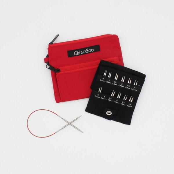 Présentation du kit de mini-circulaires interchangeables Shorties Small de ChiaoGoo, les pointes sont présentées dans leur rangement, posé sur la trousse en nylon rouge, et une aiguille montée sur câble est présentée