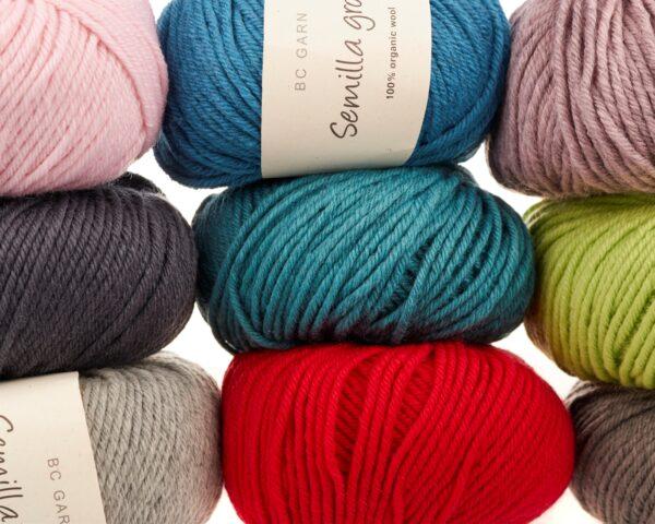 Plusieurs pelotes de Semilla Grosso de BC Garn de couleurs différentes empilées sur trois colonnes