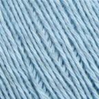 Gros plan sur le fil Allino de BC Garn, coloris 29 (bleu ciel)