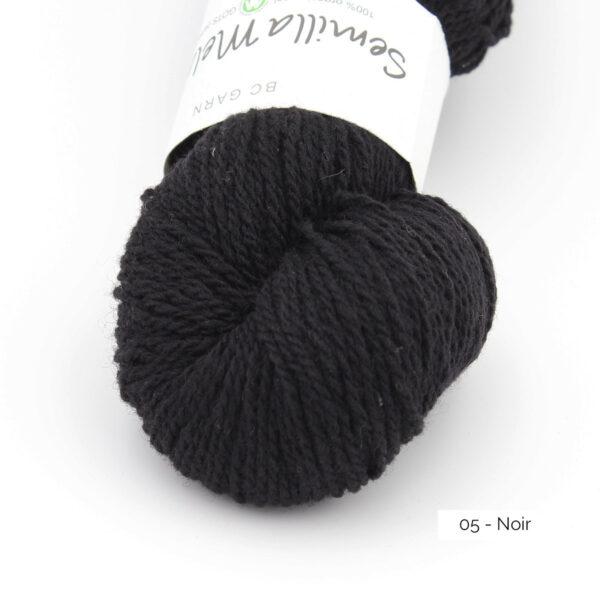 Gros plan sur un écheveau de Semilla Melange de BC Garn coloris Noir