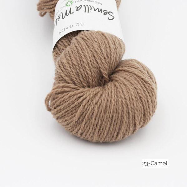 Gros plan sur un écheveau de Semilla Melange de BC Garn coloris Camel (beige foncé)