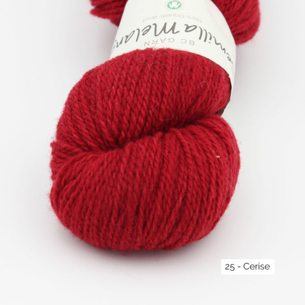Gros plan sur un écheveau de Semilla Melange de BC Garn coloris Cerise (rouge franc)