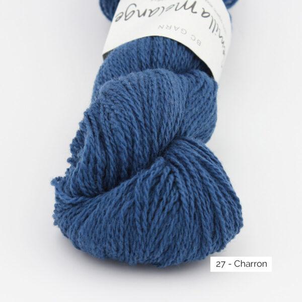 Gros plan sur un écheveau de Semilla Melange de BC Garn coloris Charron (bleu dur)
