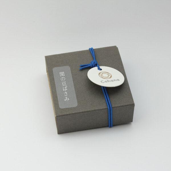 Boîte d'emballage des mini-ciseaux Seki de Cohana avec pompon bleu
