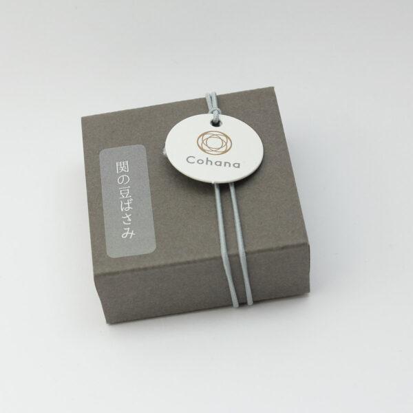 Boîte d'emballage des mini-ciseaux Seki de Cohana avec pompon gris