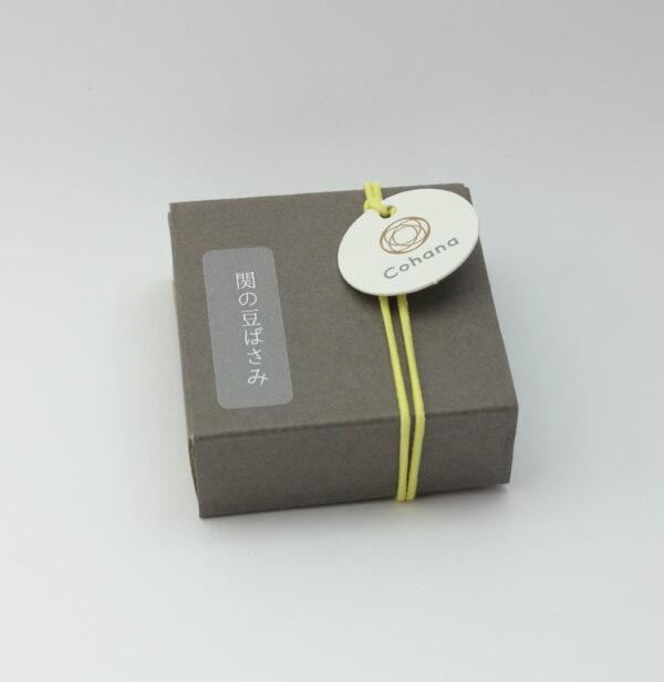 Boîte d'emballage des mini-ciseaux Seki de Cohana avec pompon jaune
