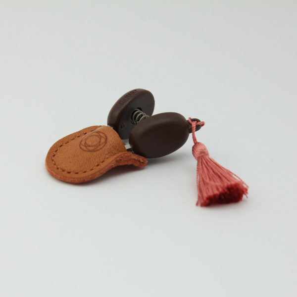 Présentation de mini-ciseaux Seki de la marque Cohana avec pompon rose dans leur étui en cuir
