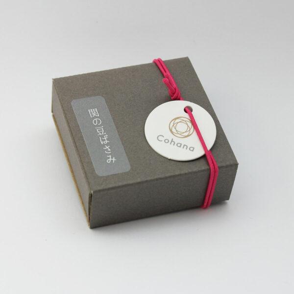 Boîte d'emballage des mini-ciseaux Seki deCohana avec pompon rose