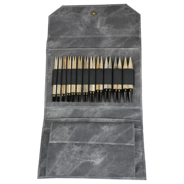 Pochette en tissu gris délavé de la marque Lykke, présentée ouverte avec les pointes en bouleau finition bois flotté
