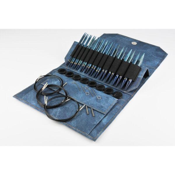 Kit d'aiguilles circulaires interchangeables Lykke en bouleau finition indigo dans leur pochette avec accessoires