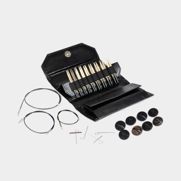 Kit complet d'aiguilles circulaires interchangeables Lykke, finition bois flotté, dans la pochette en simili noir, avec ses accessoires