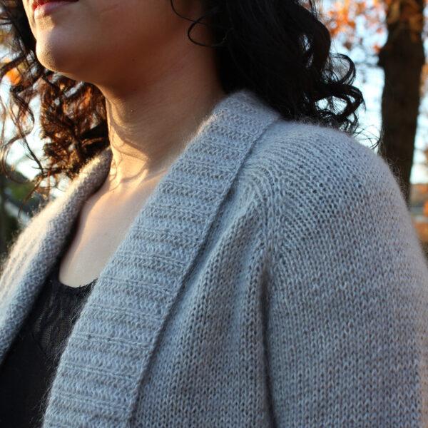 Gros plan sur le col châle du gilet Sigrid de Julie Partie, patron à tricoter