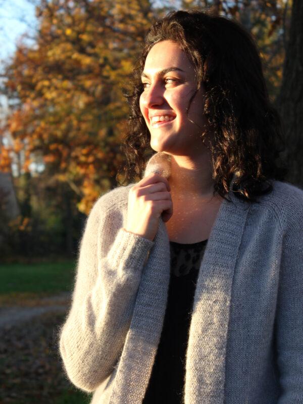 Présentation du gilet Sigrid de Julie Partie, patron de tricot pour un gilet ouvert à col châle, à la coupe féminine et au rendu aérien