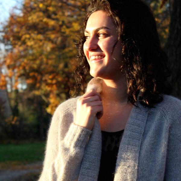 Gros plan sur la partie haute du gilet Sigrid de Julie Partie, patron de tricot pour un cardigan ouvert léger et douillet à base de mohair, avec un col châle