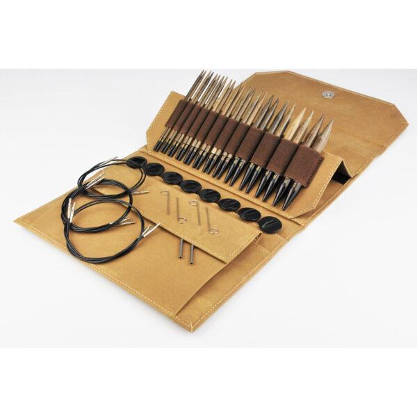 Kit d'aiguilles circulaires interchangeables Lykke en bouleau finition bois flotté dans la pochette coloris Umber