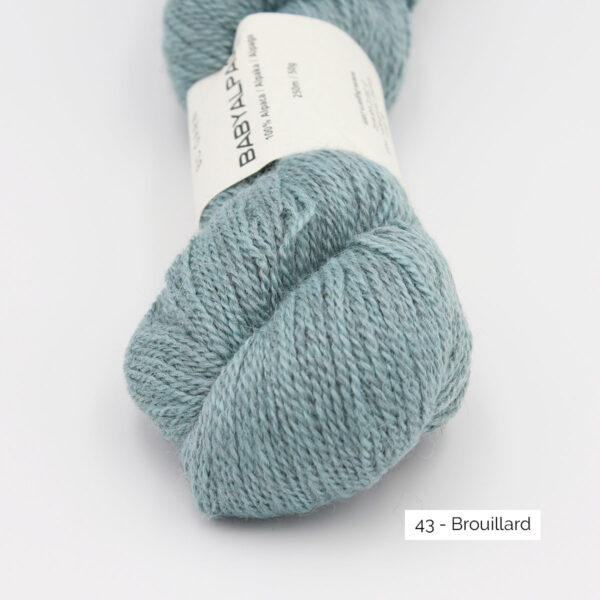 Gros plan sur un écheveau de Baby Alpaca de BC Garn, coloris Brouillard (bleu ciel grisé)