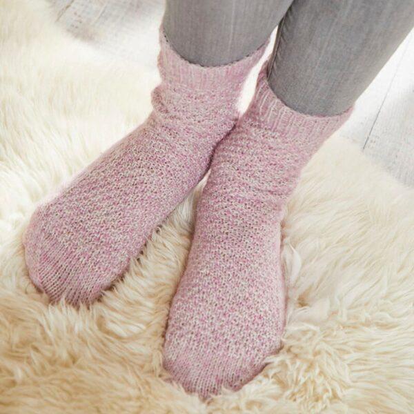 Une paire de chaussettes tricotées en Regia Alpaca Soft coloris Rose