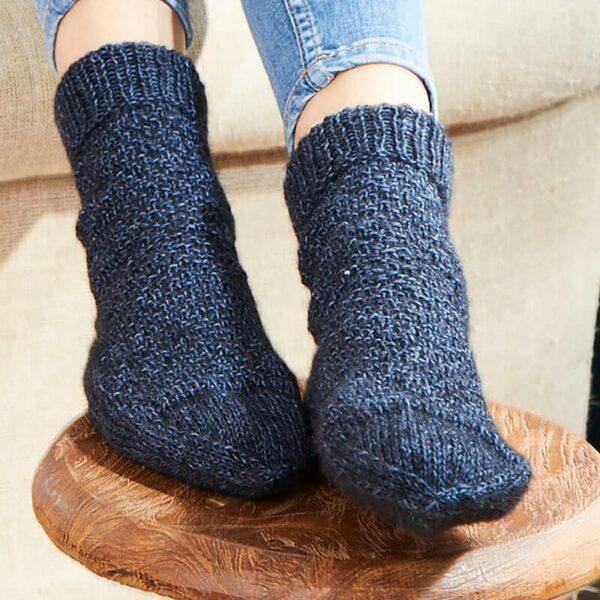 Une paire de chaussettes tricotées en Regia Alpaca Soft coloris Bleu Nuit