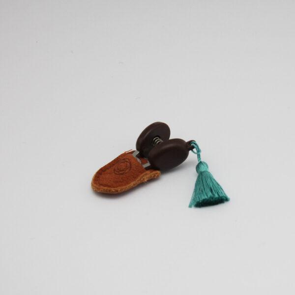 Présentation de mini-ciseaux Seki de la marque Cohana avec pompon turquoise dans leur étui en cuir