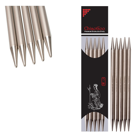 Set of ChiaoGoo double-pointed steel needles, out and in its wrapping, with a zoom on the tips of the needle