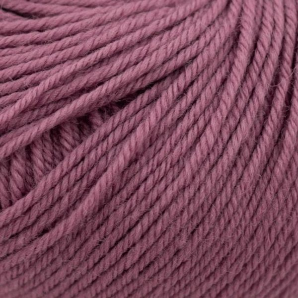Zoom on a ball of Kremke Soul Wool's Bébé Soft Wash in the Erika colorway (heather)