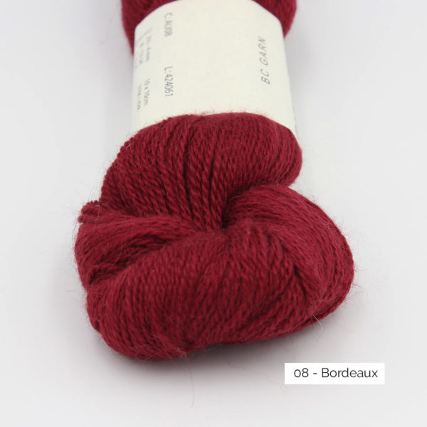 Gros plan sur un écheveau de Baby Alpaca de BC Garn, coloris Bordeaux