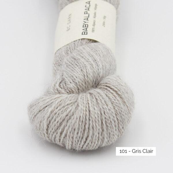 Gros plan sur un écheveau de Baby Alpaca de BC Garn, coloris Gris Clair