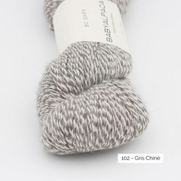 Gros plan sur un écheveau de Baby Alpaca de BC Garn, coloris Gris Chiné
