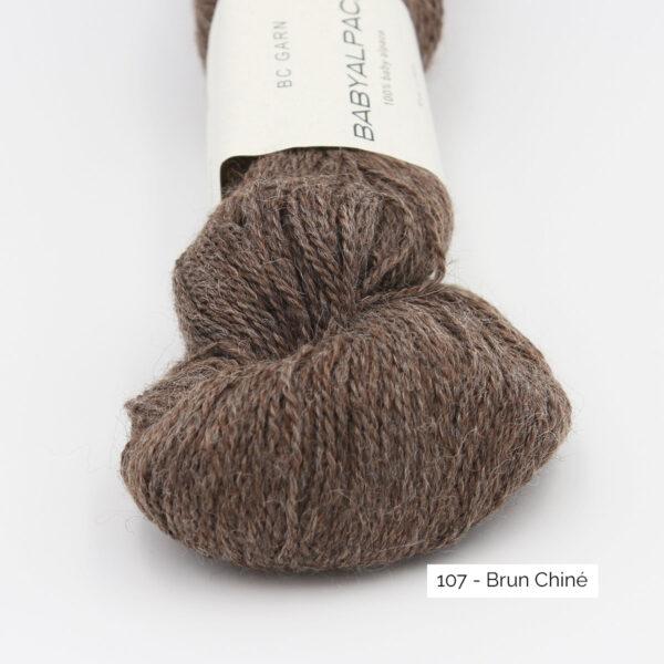 Gros plan sur un écheveau de Baby Alpaca de BC Garn, coloris Brun Chiné