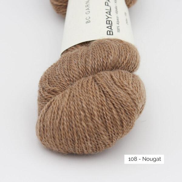 Gros plan sur un écheveau de Baby Alpaca de BC Garn, coloris Nougat (brun clair)