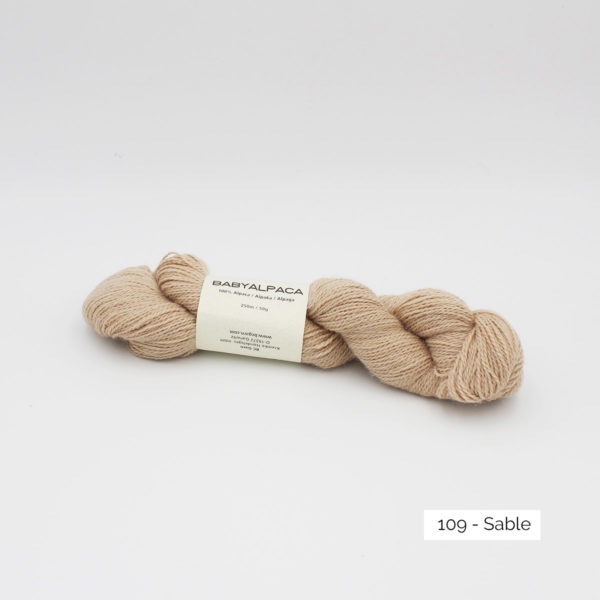 Un écheveau de Baby Alpaca de BC Garn, coloris Cassis